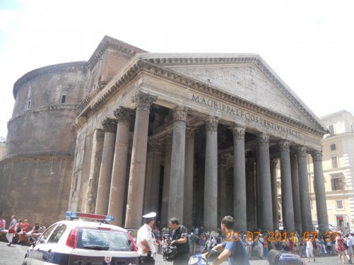 View of the Pantheon exterior, including the front portico, which has three rows of 8 columns, each one with a diameter of 1.5m.