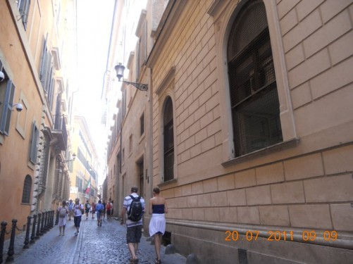 A narrow street near the Pantheon heading west from the Piazza della Rotonda.