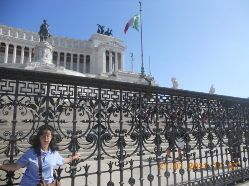 Tatiana in front of railings, the steps of the Victor Emmanuel II Monument are behind.