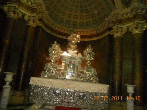 An altar adorned with silver decoration. The Metropolitan Cathedral of Santiago.