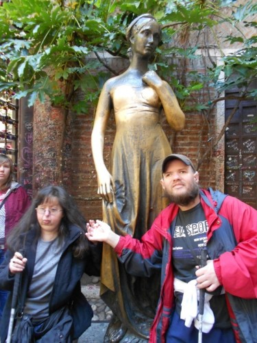 Tony and Tatiana in front of the Juliet statue.