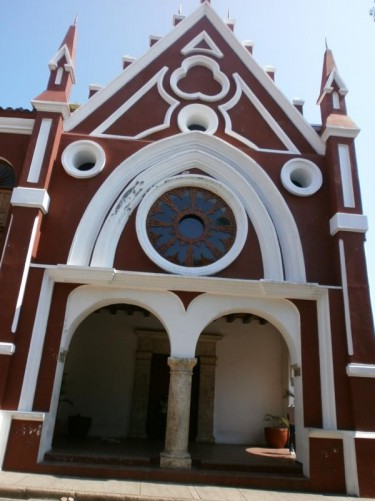 The decorative red and white façade of the Augustinian Fathers Convent. Today the building is used by the Bolívar University Institute of Fine Arts and Sciences.