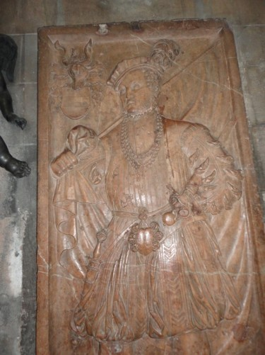 Stone relief of a man, probably a king, at the side of an altar.