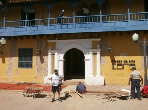 Tony outside Coro Art Museum. The colonial-era two-storey building that houses the museum is called Balcón de Bolívar (or Casa de los Senior). The exterior is painted yellow with a blue-painted wooden balcony around the first floor.
