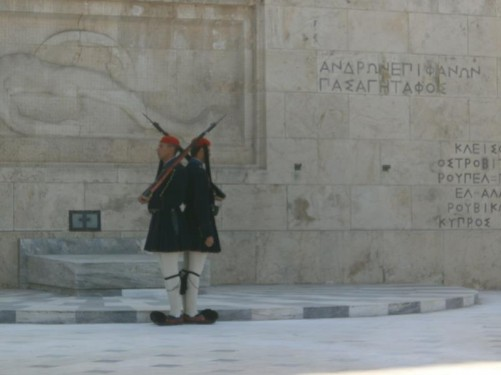 The ceremonial guards standing back-to-back in front of the Tomb of the Unknown Soldier.