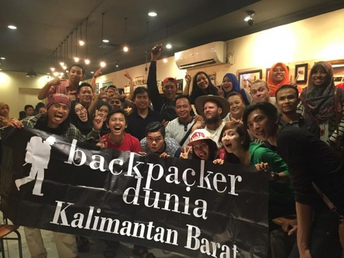 Group holding a 'Backpacker Dunia Kalimantan Barat' banner.