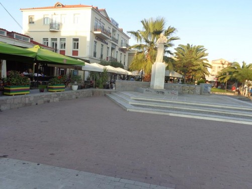 Sappho Square - the town's main square, located on the north side of the inner harbour. In front, a statue of Sappho. She was a poet born on Lesbos around 620 BC.