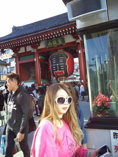 Busy street with Kaminarimon Gate (